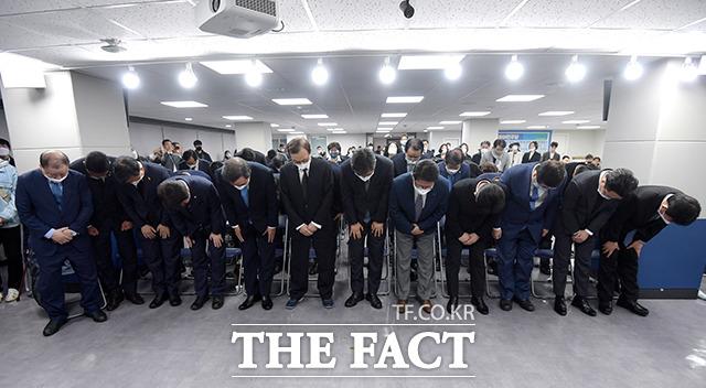 국민을 향해 고개숙인 의원들