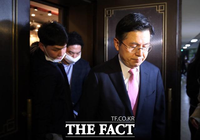황교안 통합당 대표가 지난 15일 오후 국회도서관에 마련된 제21대 국회의원 선거 개표상황실에서 총선 참패에 대한 책임을 지고 사퇴를 발표한 뒤 상황실을 나서고 있다. /남윤호 기자