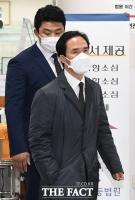 [TF포토] 1심 선고 출석하는 조현범 대표