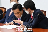 [TF사진관] '쇄신의 방향은?' 조경태와 대화 나누는 심재철 권한대행