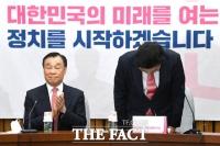 [TF포토] 고개숙인 원유철