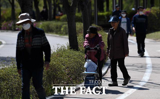 노인들이 감염에 더 위험하지만, 답답함에 벗어던진 채 산책하는 노인.