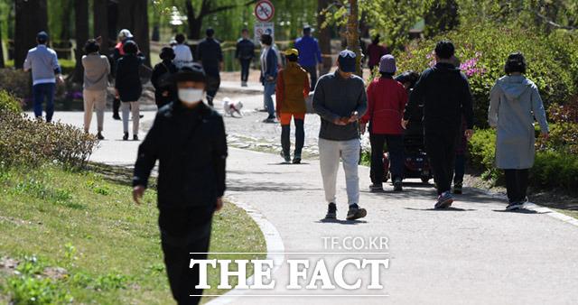 정부의 사회적거리두기와 외출자제에도 불구하고 18일 오전 경기도 고양시 일산동구 일산호수공원에서 많은 시민들이 산책을 하고 있다. /고양=임세준 기자