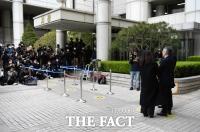 [TF사진관] '증명서 허위 발급혐의' 공판 출석하는 최강욱 전 청와대 비서관