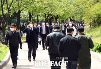 [TF포토] 봄날씨 만끽하는 직장인들