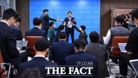 [TF사진관] 윤상현 외통위원장에게 쏟아진 '김정은 위독' 질의