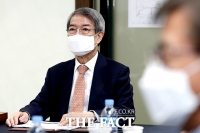 [TF포토] 마스크 쓰고 긴급 이사회 참석한 정운찬