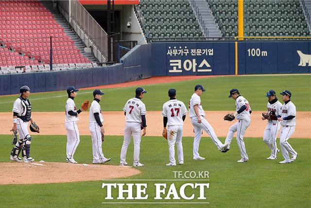 22일 오후 서울 송파구 잠실야구장에서 2020 KBO리그 두산베어스와 키움 히어로즈의 연습경기가 열린 가운데 두산 선수들이 승리의 기쁨을 나누고 있다. /이선화 기자