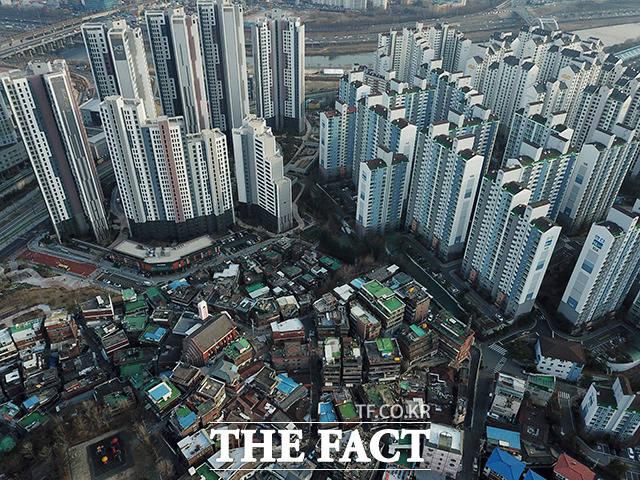 성동구 행당동. 마치 하늘에 닿을듯이 높이 솟은 신축 아파트와 낡은 주택가의 모습이 건물의 높이가 부동산의 가치를 보여주는듯 상반된 모습이다.