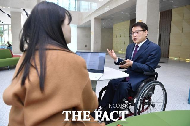 이 당선자는 접근성과 정보 제공 등은 모든 장애인들이 겪는 문제지만 각 장애의 종류마다 다른 처방이 필요하다고 목소리를 높였다. 지난 22일 국회 소통관에서 더팩트와의 인터뷰에서 장애인 참정권에 대해 이야기하는 이 당선자. /남윤호 기자