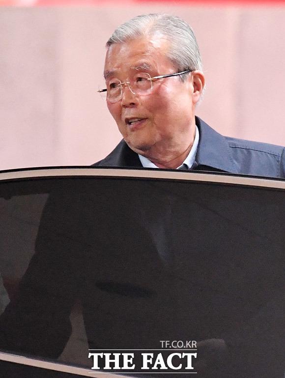 김종인 전 미래통합당 총괄선거대책위원장이 23일 오후 서울 서초구의 한 식당을 나서며 <더팩트> 취재진 질문에 답하고 있다. /남용희 기자