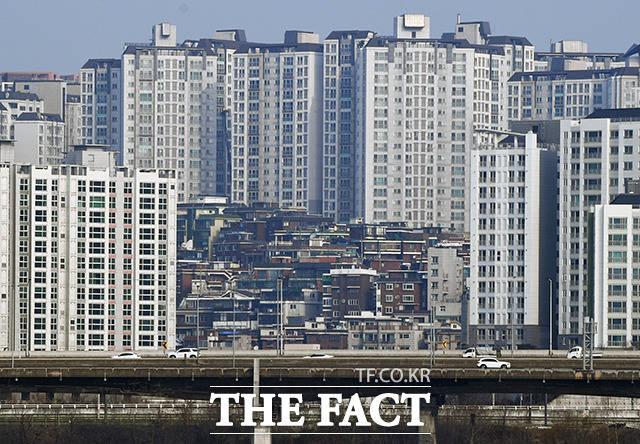 성동구 금호동. 한강 조망을 가진 신축 아파트들과 그 사이에 남아있는 오래된 주택들(가운데).