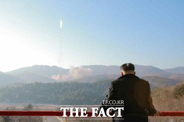 존 하이튼 미 합참 차장도 의혹이 증폭되자 22일(현지시간) 김정은 북한 국무위원장이 여전히 북한 핵무력과 군대를 완전히 통제하고 있다고 추정한다고 입장을 밝혔다. 사진은 미사일 발사를 참관하고 있는 김 위원장의 모습. /노동신문.뉴시스