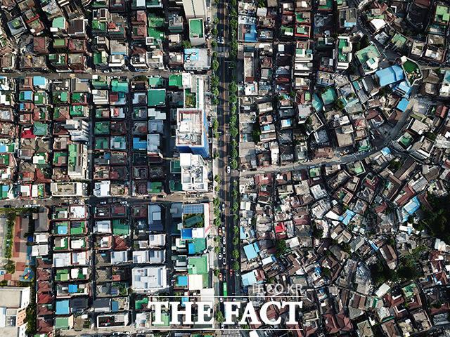 동대문구 이문동. 현재는 도로를 사이에 두고 비슷한 주거환경을 보이지만 오래된 주택 단지(왼쪽)와 재개발을 앞두고 비어있는 이문1재정비촉진구역(오른쪽)은 시간이 흐르면 부동산 가치에서 희비가 교차하게 될 전망이다.