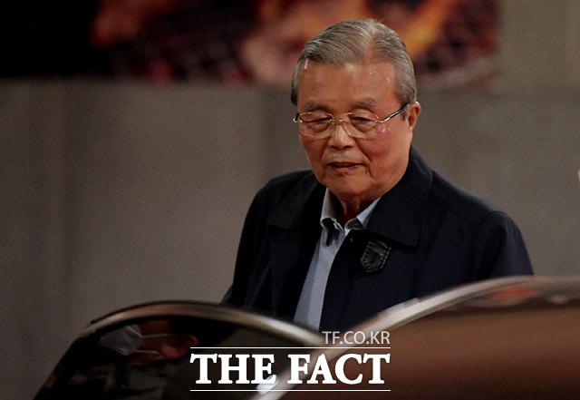 김종인 전 미래통합당 총괄선거대책위원장이 23일 오후 서울 서초구의 한 식당을 나서며 차량에 탑승하고 있다. / 이덕인 기자