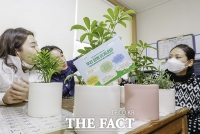 [TF포토] 아우디폭스바겐코리아, '손소독제와 반려나무 기부!''