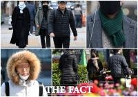 [TF사진관] '패딩과 롱코트, 목도리까지'…4월 꽃샘추위에 등장한 겨울 아이템