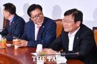 [TF포토] 대화 나누는 송석준-정점식