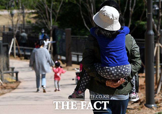 개학이 연장되면서 하루 종일 아이와 놀아주는 것에 어려움을 토로하는 부모들이 많아지고 있다.