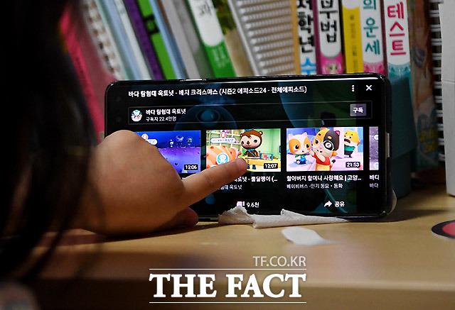 서울 서초동에는 사는 5살 연진이는 어린이집에 가지 않는다. 맞벌이인 연진이의 부모는 긴급보육 대신 조부모님께 양육을 부탁했다. 5살 아이는 집에서 조부모의 핸드폰으로 유튜브를 보는게 일상이 됐다.