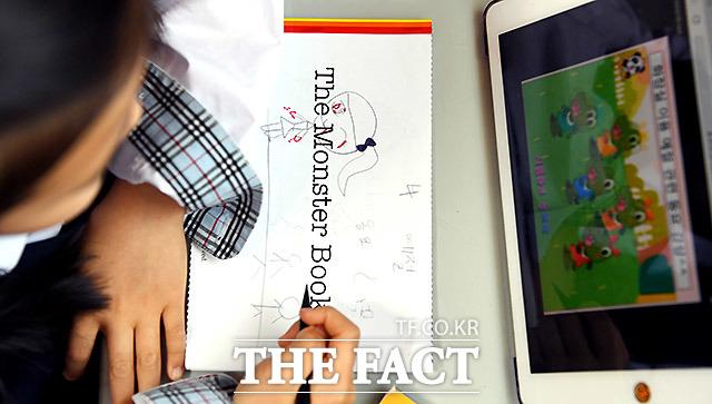 교복을 입고 온라인 수업을 듣는 초등학교 1학년 채원이.
