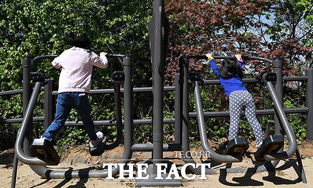 산에 올라 운동기구를 이용하는 날이 많아진 초등학교 3학년 세령이(왼쪽)와 5살 세아.