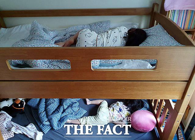 24일 서울 방배동에 위치한 초등학교 3학년인 세령이(위)와 세아의 집. 온라인 수업을 듣고 학교를 가지 않는 아이들에게 지금 이 시간은 늘 늦잠을 잘 수 있는 방학과 같다.