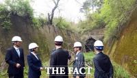 [TF사진관] '옛 동해북부선 배봉터널 살피는 관계자들'