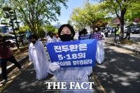 [TF영상] 광주법정에 선 전두환, 왜 책임지지 않느냔 질문에 '침묵'