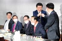 [TF포토] 밝은 표정으로 만난 미래통합당 3선 당선자들