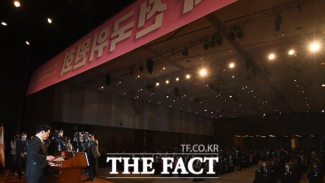 정우택 미래통합당 상임전국위원회 의장이 28일 오후 서울 여의도 63컨벤션센터에서 열린 미래통합당 제 1차 전국위원회에서 개회를 선언하며 의사봉을 두드리고 있다. /이새롬 기자