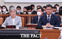 [TF사진관] '김정은 건강 이상설'에 집중되는 질의에 답변하는 강경화-김연철