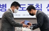[TF포토] 감사패 전달하는 김동훈 회장