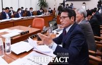[TF포토] 김정은 건강 관련 질의하는 정병국 의원