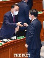 [TF포토] 예결위 전체회의 참석한 홍남기 부총리