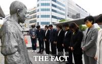 [TF포토] 전태일 열사 동상에 묵념하는 정의당
