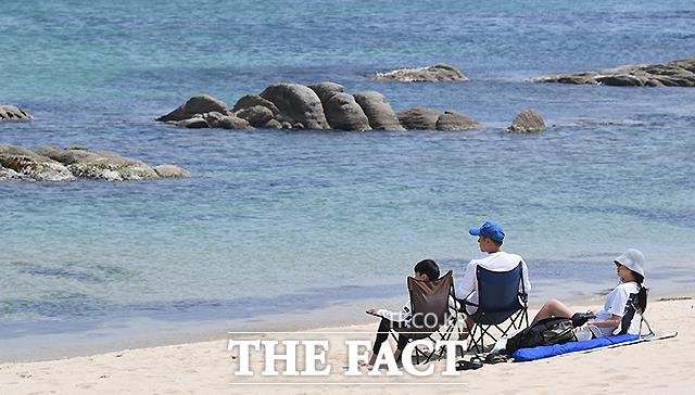 해변을 바라보며...단란한 가족의 망중한