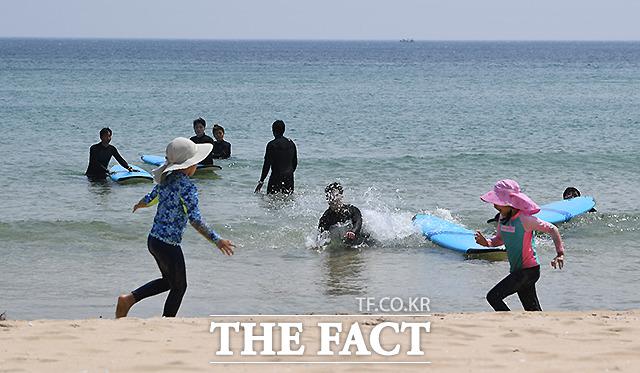 황금연휴 셋째날인 2일 강원도 고성 송지호 해변을 찾은 여행객들.