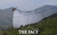 [TF포토] 고성 산불 주불 진화, 물 뿌리는 헬기