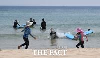 [TF사진관] 서핑·태닝, 해변에서 즐기는 '초여름 황금연휴'