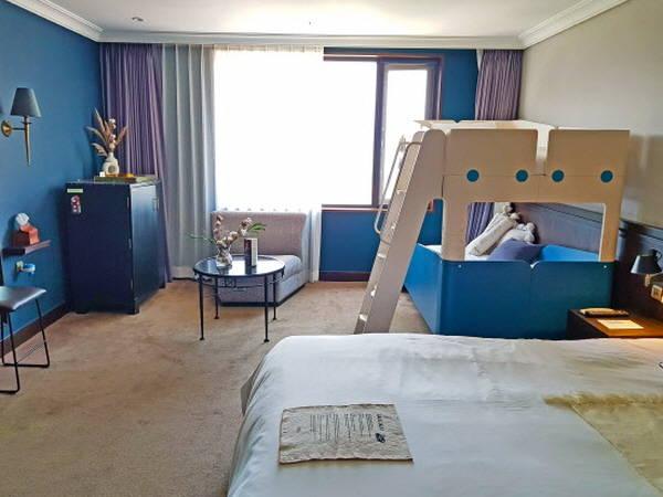 호텔업계도 자녀와 부모가 함께 즐길 수 있는 다양한 상품을 내놨다. 사진은 글래드 키즈룸 패키지. /글래드호텔 제공
