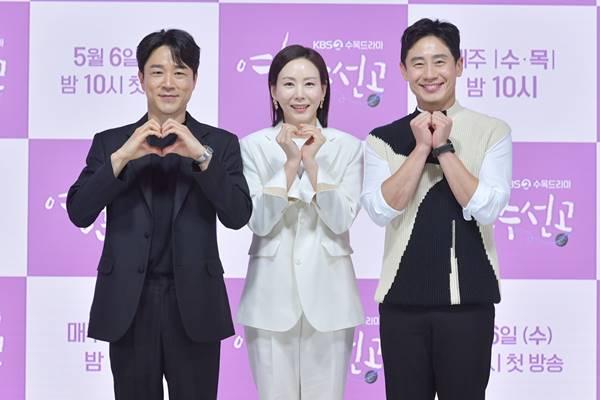 영혼수선공에서 정신의학과 의사 동기 셋 태인호, 박예진, 신하균(왼쪽부터)은 서로 다른 방식으로 환자들을 치료한다. / KBS 2TV 제공
