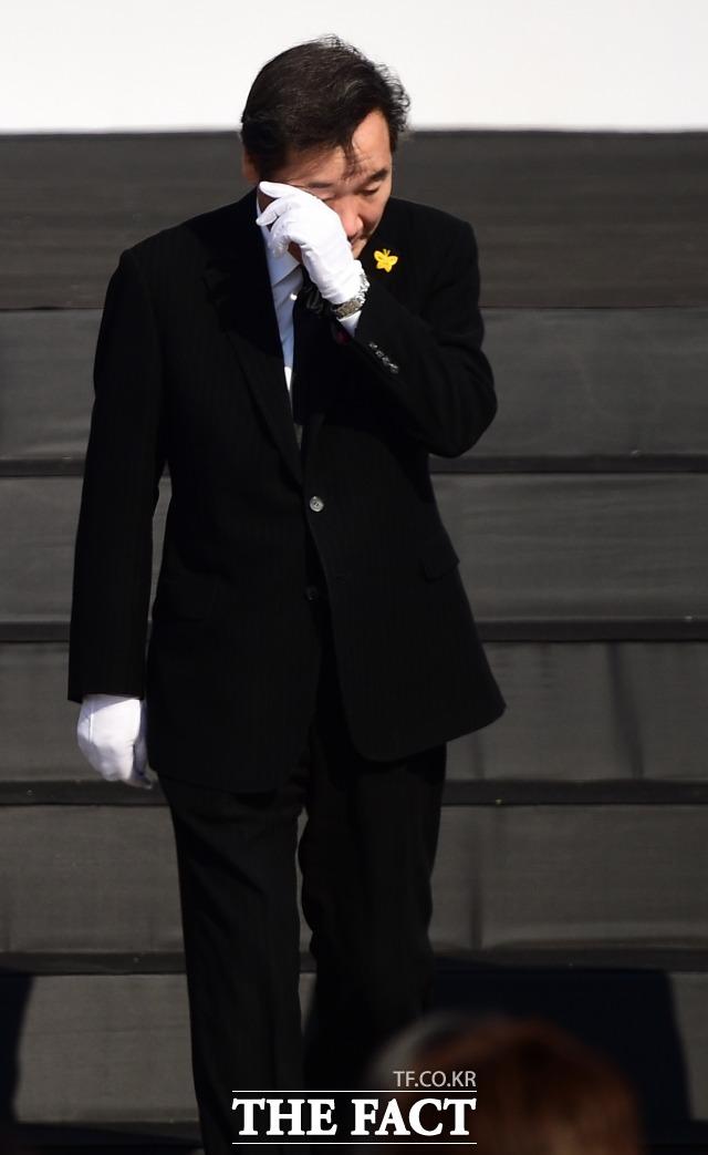 지난 2018년 4월 16일 세월호참사 희생자 정부합동분향소에서 열린 4.16 세월호참사 희생자 정부 합동 영결·추모식에 눈물을 훔치는 이낙연 전 총리. /임세준 기자