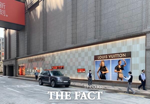 해외명품 브랜드들이 코로나19에도 가격을 인상하고 나섰다. 사진은 신세계백화점 본점에 위치한 루이비통 매장 외관. /한예주 기자