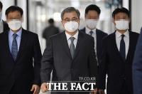 [TF포토] 정보위원회 전체회의 참석하는 서훈 국정원장