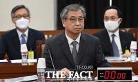 [TF포토] 회의 보고 준비하는 서훈 국정원장