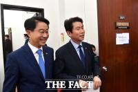 [TF포토] 미소지으며 회의 참석하는 이인영