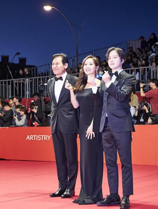 영화 종이꽃에서 주연으로 활약한 안성기가 한국 배우 최초로 휴스턴국제영화제서 남우주연상을 수상했다. 이밖에도 종이꽃은 최우수외국어장편영화상을 수상해 2관왕에 올랐다. /부산국제영화제 제공