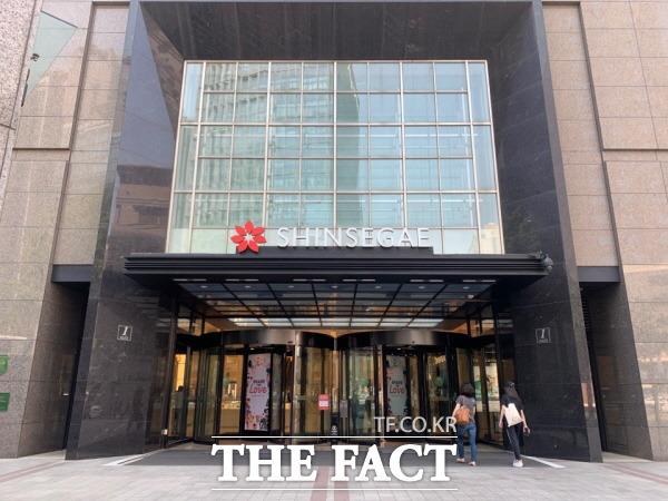 신세계백화점이 예년보다 3주 먼저 하절기 매장 운영에 들어간다. 사진은 신세계백화점 본점 모습. /한예주 기자