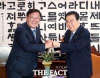 [TF포토] 주먹인사하는 김태년-문희상